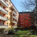 Hausfassaden mit Balkonen, Weg, Grünfläche. Foto: Anna Jauch