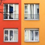 Rote und gelbe Hauswand mit Fenstern. Foto: Anna Jauch