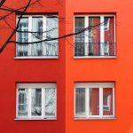 Rote Fassaden mit Fenstern