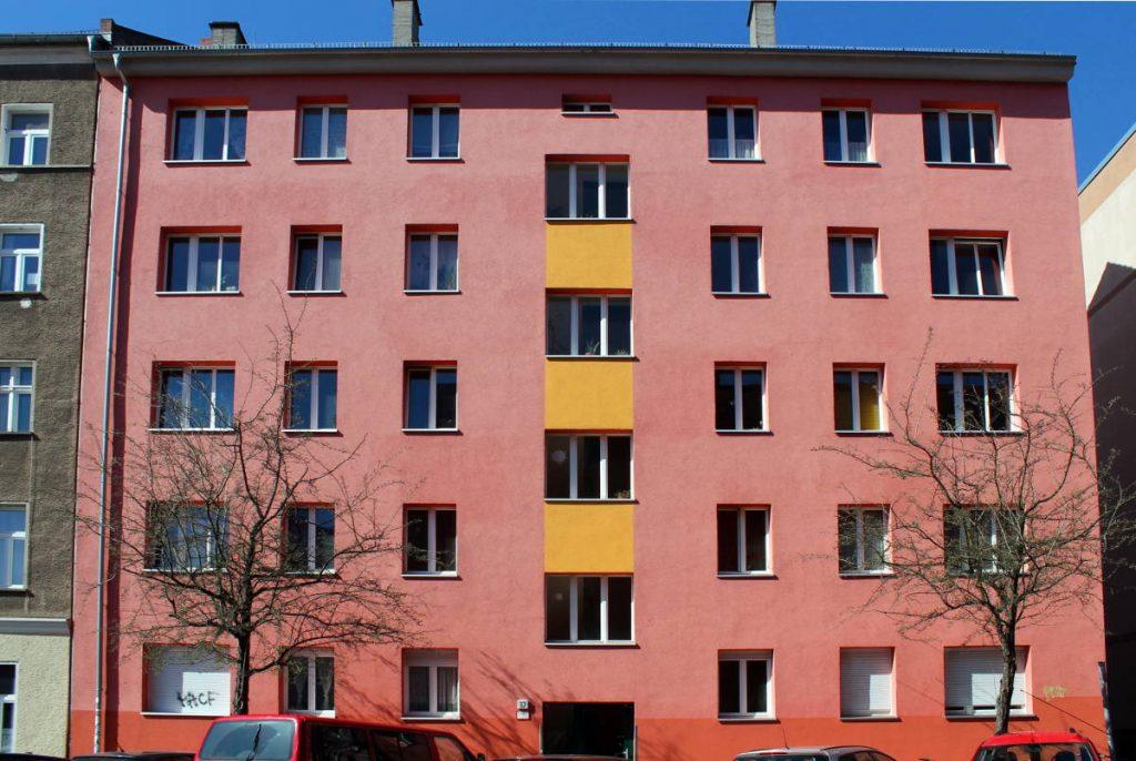 Rötliche Fassade. Foto: Anna Jauch