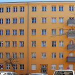 Gelbliche Straßenfassade. Foto: Anna Jauch