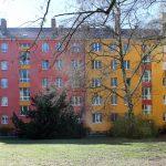 Hoffassade in rot und gelb, Bäume, Sträucher, Wiese. Foto: Anna Jauch