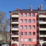 Rötliche Fassade mit Balkonen. Foto: Anna Jauch