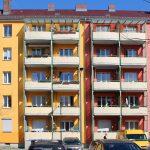 Fassade in Gelb- und Rottönen mit Balkonen. Foto: Anna Jauch