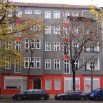 Straßenfassade Wühlischstraße 42 nach Sanierung November 2016, grau, rot, weiß