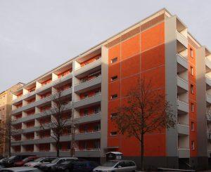 Fassade, orange gestrichen mit grauen Balkonen