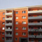 Teil der Fassade, orange gestrichen mit grauen Balkonen