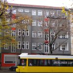 Straßenfassade Wühlischstraße 42 nach Sanierung November 2016 mit gelber Straßenbahn davor