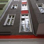 Wühlischstraße 42 sanierte Fassade, rote Farbbereiche zwischen den französischen Fenstern