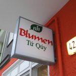 """Geschäftsschild """"Blumen Tu Quy"""" und Hausnummer 42"""
