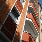 Fassade mit Loggien, frisch gestrichen in Orange, Rot, Weiß