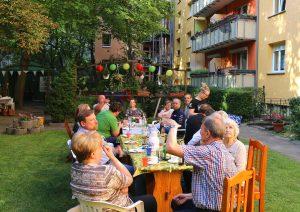 Festtafel, Haus im Hintergrund. Foto: Rico Neuber