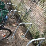 In den Boden einbetonierte Fahrradbügel aus Stahl
