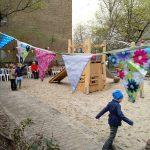 Wimpel, neuer Spielplatz und Feiernde
