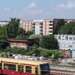S-Bahn, Bahnanlagen, Baustelle, Bäume, Plattenbau in frischen Farben