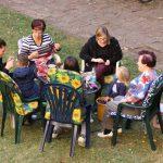 Menschen an einem Tisch im Garten