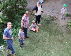 Kinder und Erwachsene auf einer Wiese mit bunten Kugeln