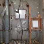 Geöffneter Schacht, mit Sicherungskasten und Lüftungsrohren