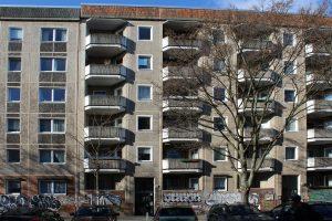 Sonnenbeschienen Plattenbaufassade mit ursprünglichen Balkonen