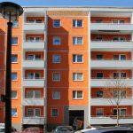 Plattenbaufassade in Orange und Grau