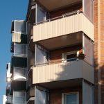 Balkone mit Bleckverkleidung und Seitenwänden in der Abendsonne