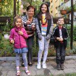 Frau mit Dreikindern und Kastanienfiguren und -kette