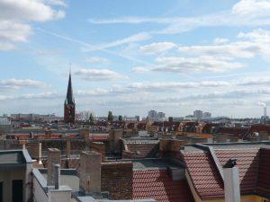 Dachlandschaft mit Kirchturm und Himmel