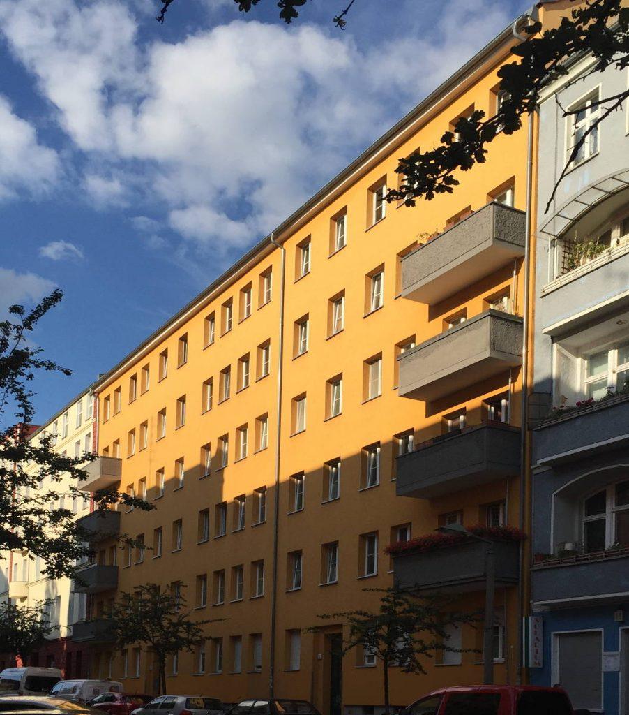 Straßenfassade zur Hälfte im Schatten