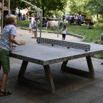 Kinder spielen mit Fußball an einer Tischtennisplatte; Foto: Markus Laux