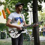 Gitarrist mit Schirmmütze am Mikrofon; Foto: Markus Laux