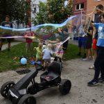 Kinder machen Riesen-Seifenblasen; Foto: Markus Laux