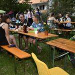 Festteilnehmer*innen an Tischen; Foto: Markus Laux