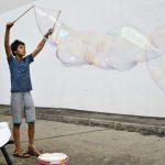 Junge macht Riesenseifenblasen; Foto: Markus Laux