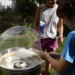 Kinder an einer Zuckerwattemaschine; Foto: Markus Laux