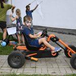 Geschminkter Junge auf einem Kettcar; Foto: Markus Laux