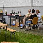 Getränkestand, Plaudernde Festteilnehmer*innen; Foto: Markus Laux