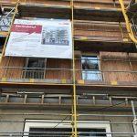 Fassadendetail mit Baugerüst und Bauschild