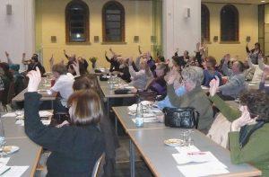 Mitglieder stimmen per Handzeichen ab
