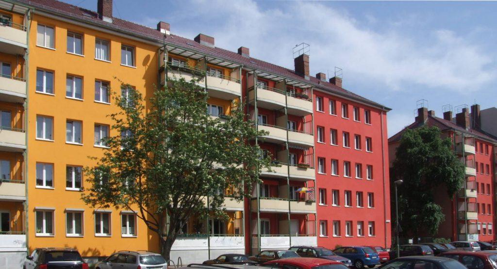 Rote und gelbe Fassaden mit Fassaden, Bäume
