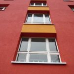 Marchlewskistraße 81-87, Fassadendetail rot-gelb