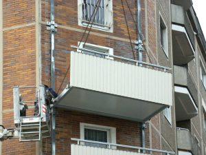 Montagearbeiten an Hausfassade