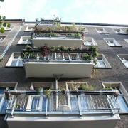 Dolziger Straße 48, Balkone von unten, quadratisch